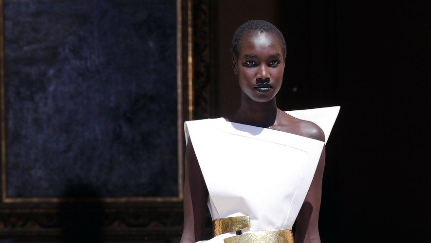 RVDK Ronald van der Kemp s'inspire également des années 80 avec des robes asymétriques aux épaules fortes, et une taille soulignée par une ceinture dorée imposante. Paris, le 3 juillet 2019.