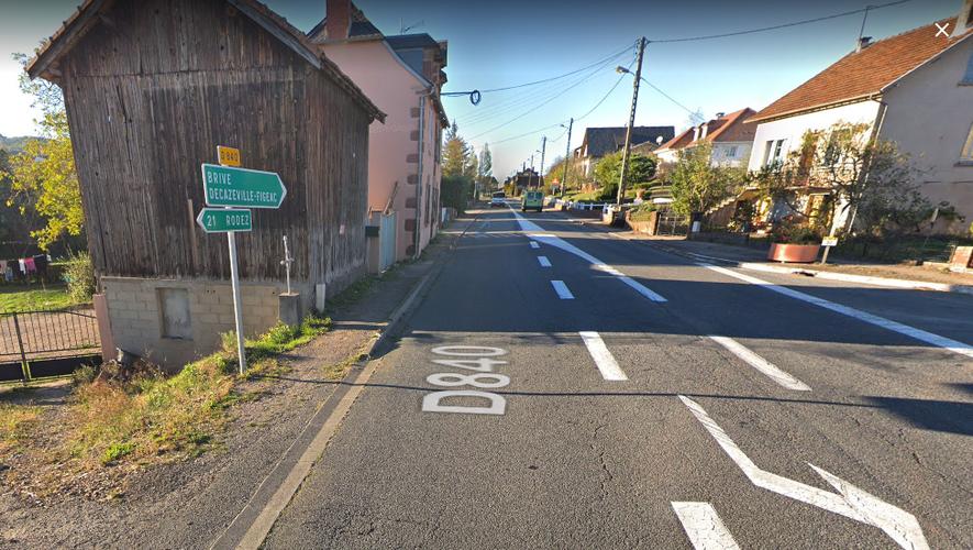 La largeur réglementaire de la voie (minimum 7 m) réduit d'autant plus la dimension des trottoirs le long de la RD840.