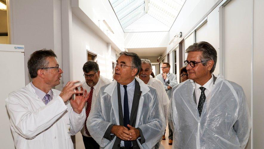 Les présidents des deux conseils départementaux en visite à Aveyron Labo, sous les explications de son directeur Roland Brugidou.