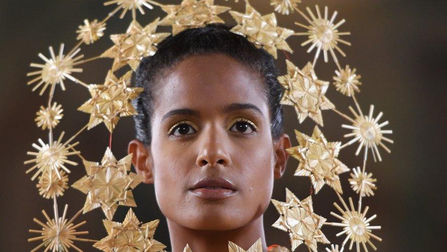 Les bijoux en paille entourant le visage des mannequins chez Maurizio Galante. Paris, le 30 juin 2019.