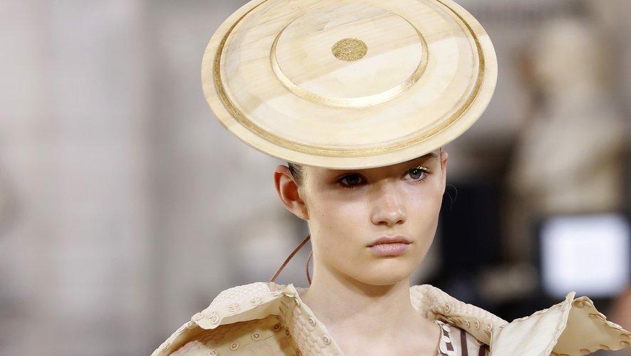 Le mini-chapeau circulaire de Yuima Nakazato. Paris, le 30 juin 2019.