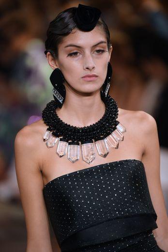 Les boucles d'oreilles et le collier surdimensionnés de Giorgio Armani. Paris, le 2 juillet 2019.