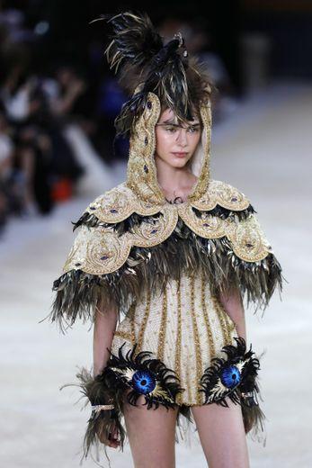 La coiffe en forme d'oiseau de Guo Pei. Paris, le 3 juillet 2019.