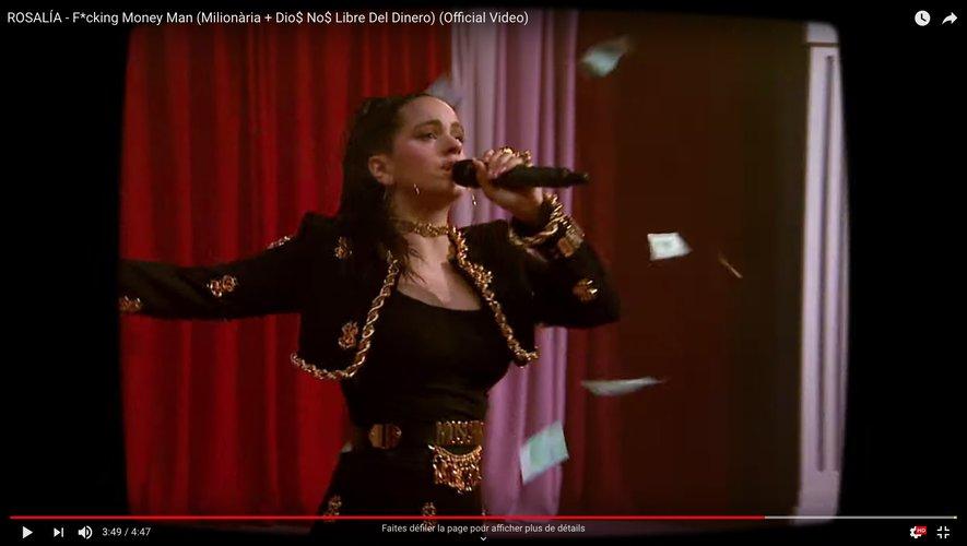 """Rosalía a dévoilé le clip de """"F*cking Money Man"""""""