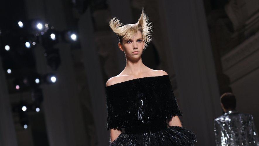 Coiffure structurée chez Givenchy