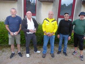 Quelques licenciés de la Boule Joyeuse lucoise lors du dernier concours amical du vendredi soir.