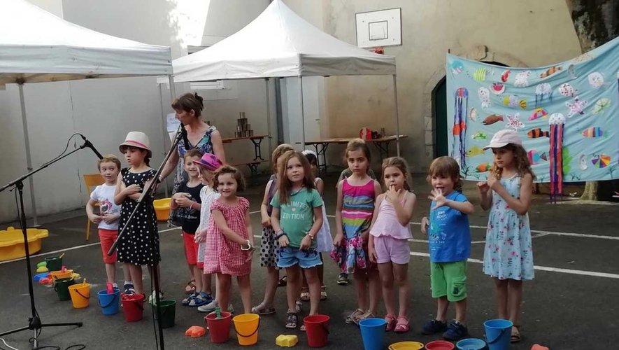 Les enfants ont joué des sketchs.