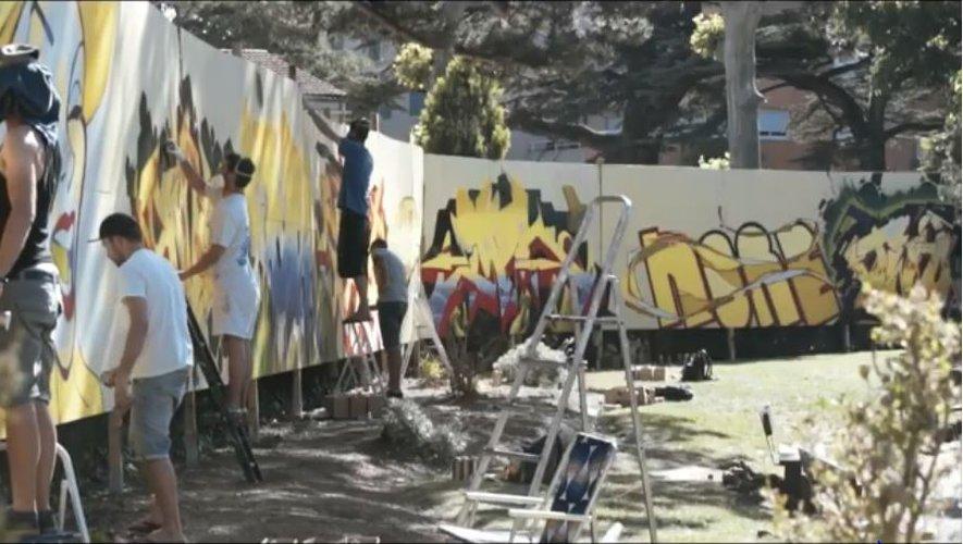 Pendant deux jours, les graffeurs vont montrer leur talent en décorant une grande fresque.