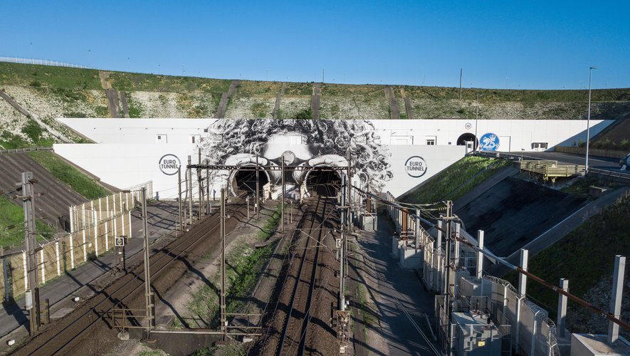 Une fresque géante de 850 m2 décore désormais l'entrée du tunnel sous la Manche