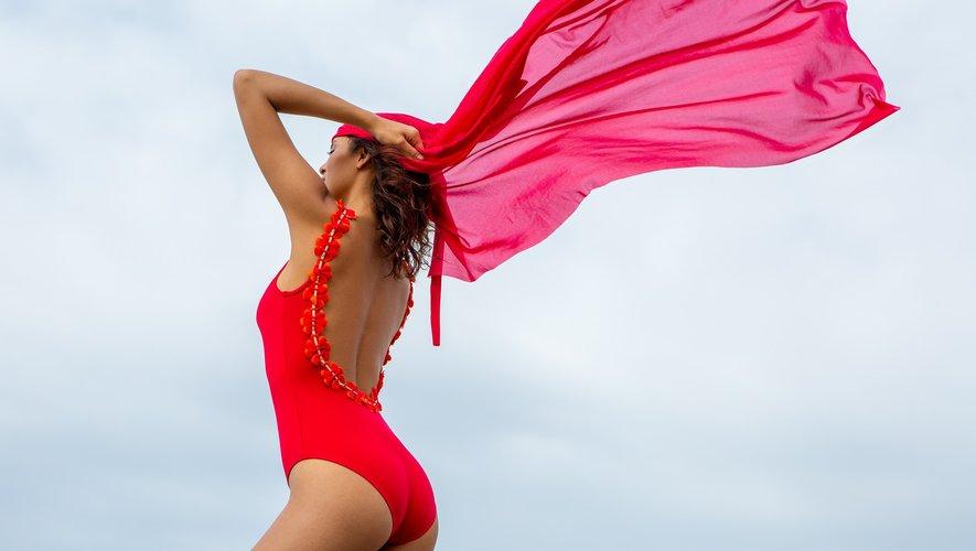 A la frontière entre swimwear et prêt-à-porter, les maillots de bain se porteront pour se faire remarquer sur la plage et pour être combinés à une jupe en soirée à l'été 2020, comme le montre ici la marque Hateia.