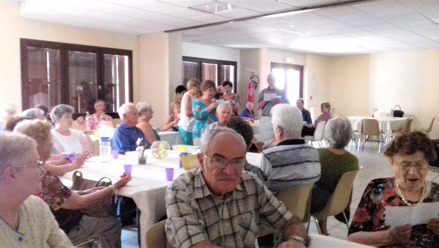 Les adhérents fêtent le début des vacances au club de l'amitié.