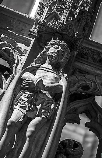 Le très beau Christ  de l'Ecce Homo sur la clôture flamboyante de la chapelle.