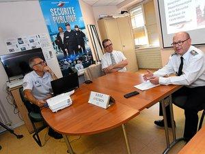 Le commissaire Jérôme Buil (au premier plan) avec le procureur Olivier Naboulet et le commandant de police Lilian Kinach.