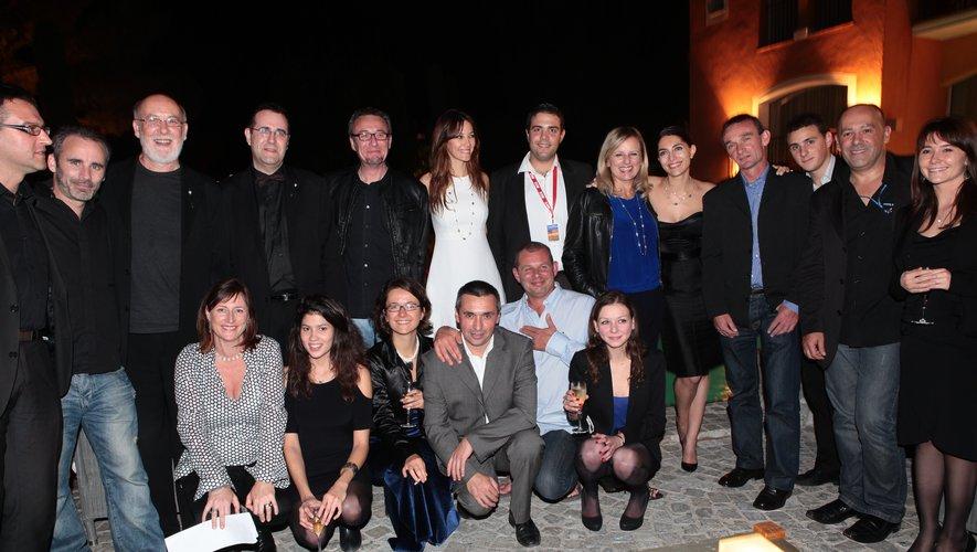 Bernard Bories (debout, 4e à partir de la gauche) a accueilli le producteur (notamment de Matrix) australien Andrew Mason (juste à sa droite) comme président  du jury des Rencontres internationales du cinéma des antipodes 2012. Le jury et l'équipe du festival a pris plaisir à poser pour la photo de famille.
