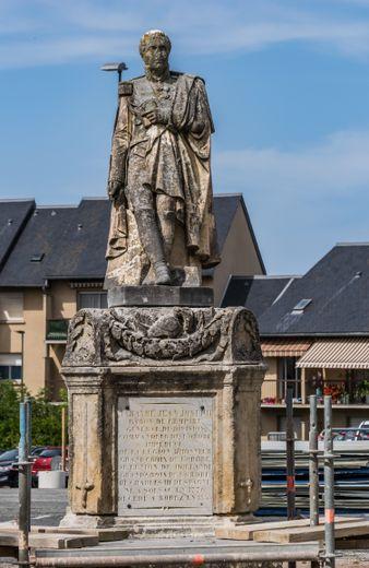 La statue de Tarayre a longtemps trôné au square du Sacré-Cœur à Rodez.