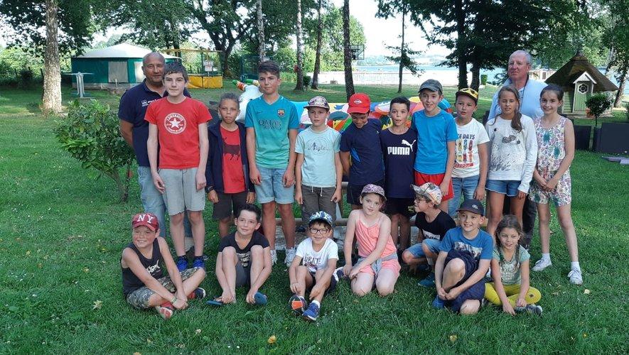 Des jeunes heureux de partir en vacances, l'athlète est déjà ailleurs !