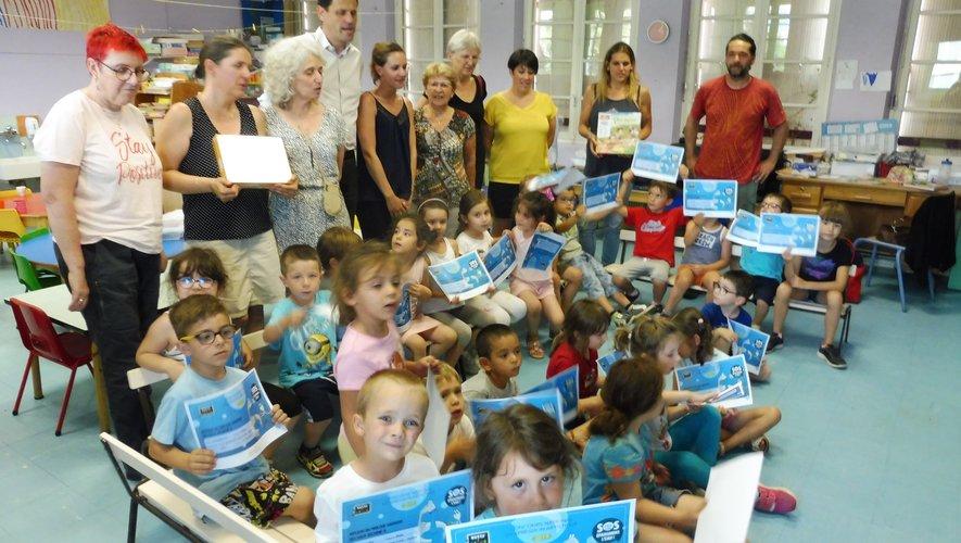 Les écoliers, enseignants et élus lors de la remise des récompenses.