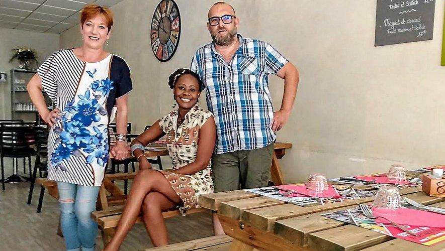 Darline Beltramon, entourée de son mari, Wilfried, et d'Eve, qui apporte son aide au restaurant de la rue Gambetta.