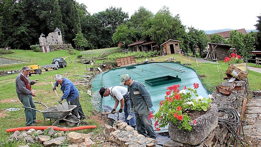Les bénévoles travaillent d'arrache-pied, comme ici avec la construction d'un muret autour du nouveau bassin.