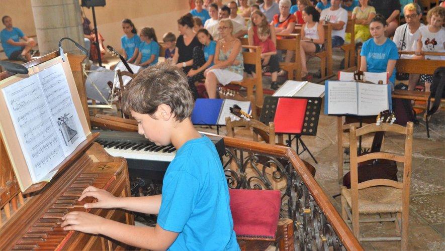 À l'orgue Louis un jeune élève habitant la commune de Salles-la-Source.