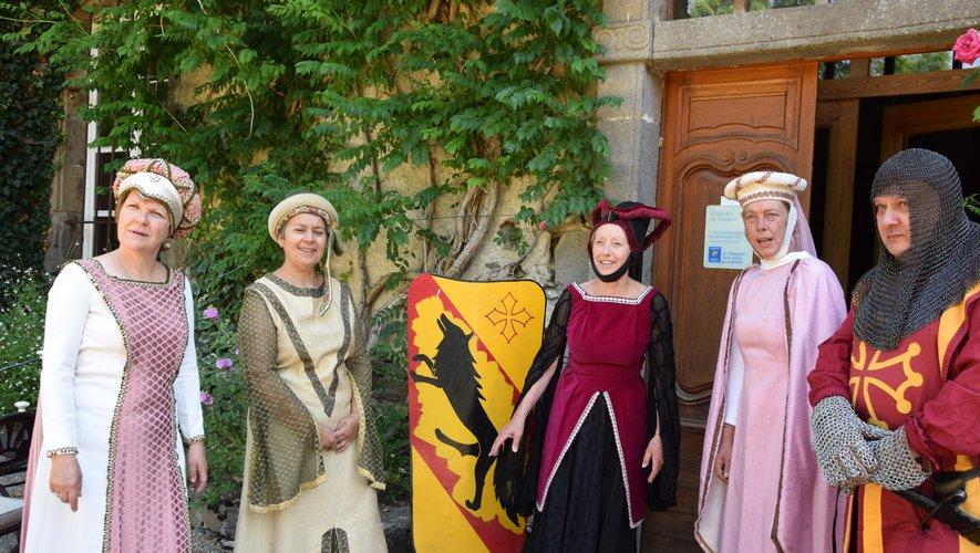 Des  dames de cours portent les costumes de Clairvaux pour ont pris la route du Carladez.