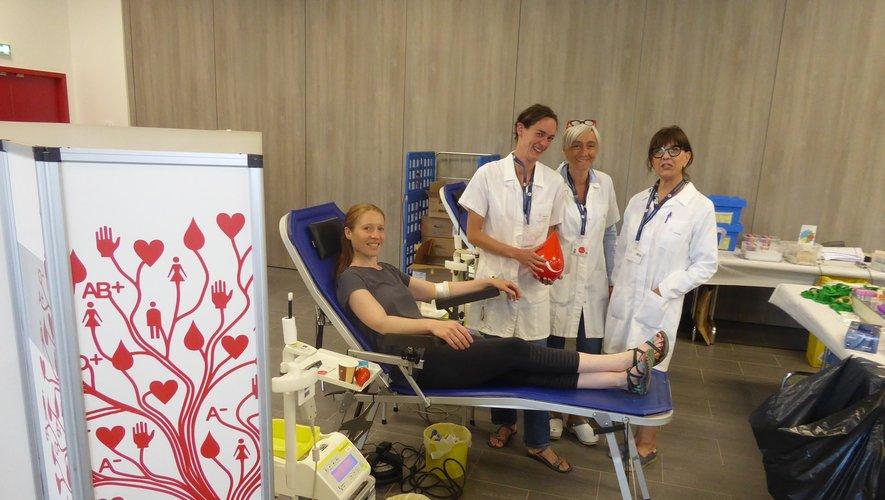 Betty, Marie et Nicole aux côtés d'une donneuse.