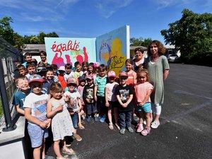 Les élèves ont posé avec grand plaisir devant le totem de leur nouvelle école réalisé par leurs soins.