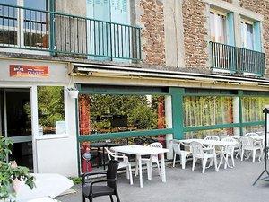 Situé route de Pradinas, l'hôtel-restaurant équipé de 15 chambresest ouvert tout l'été midi et soir, excepté le mardi midi.