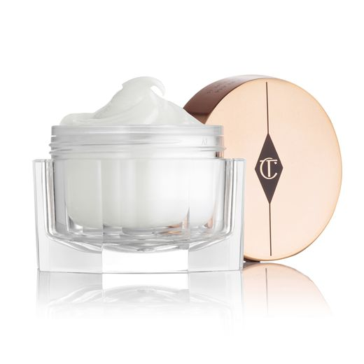"L'incontournable ""Charlotte's Magic Cream"" de  Charlotte Tilbury Beauty sera disponible en France dès le 29 août."