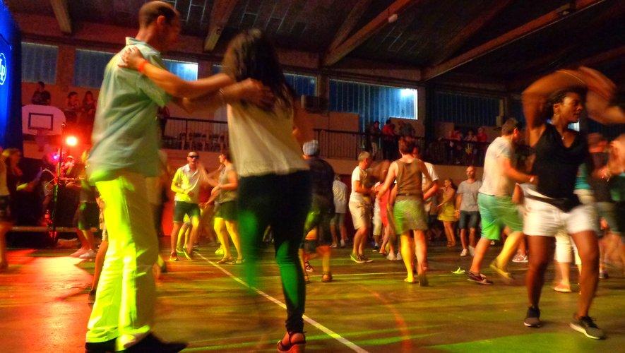 On danse la salsa entre les groupes.