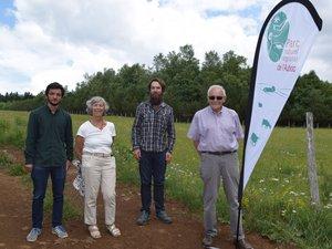 Les signataires avec derrière un rare exemple à suivre de plantation de feuillus sur l'Aubrac.