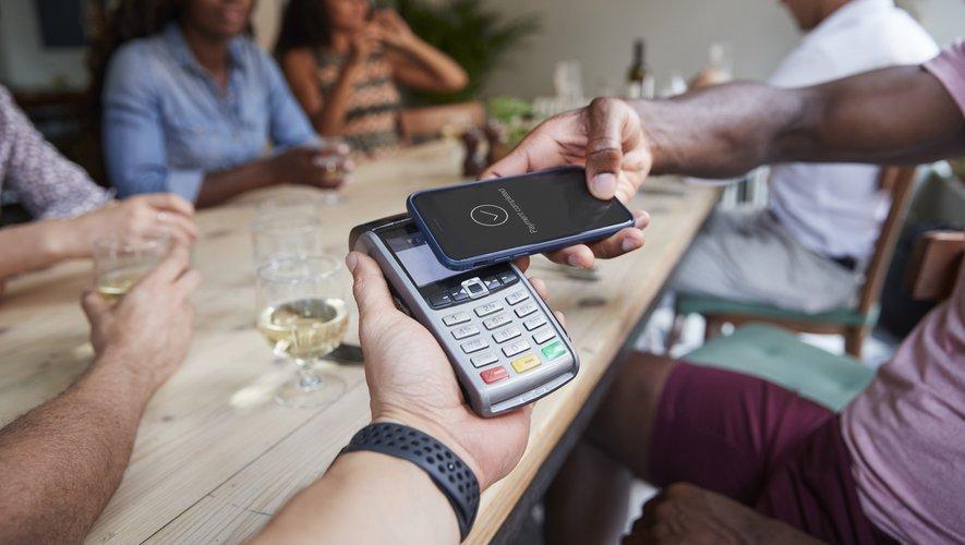 """L'usage des téléphones mobiles en tant que moyen de paiement pour réaliser des achats du quotidien reste """"extrêmement marginal"""""""