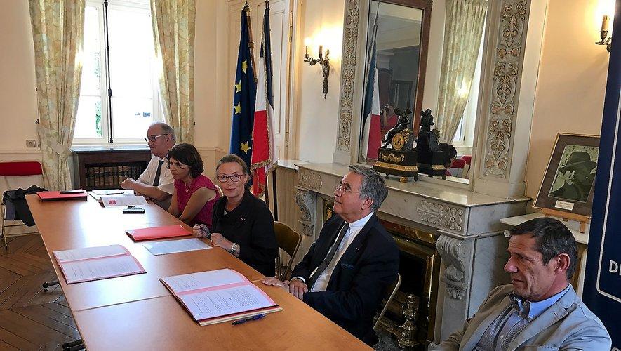 De gauche à droite : André Drubigny (DDCSPP), Michèle Lugrand, Catherine de la Robertie, Jean-François Galliard et Éric Delgado (directeur général adjoint, en charge du Pôle social du Département).
