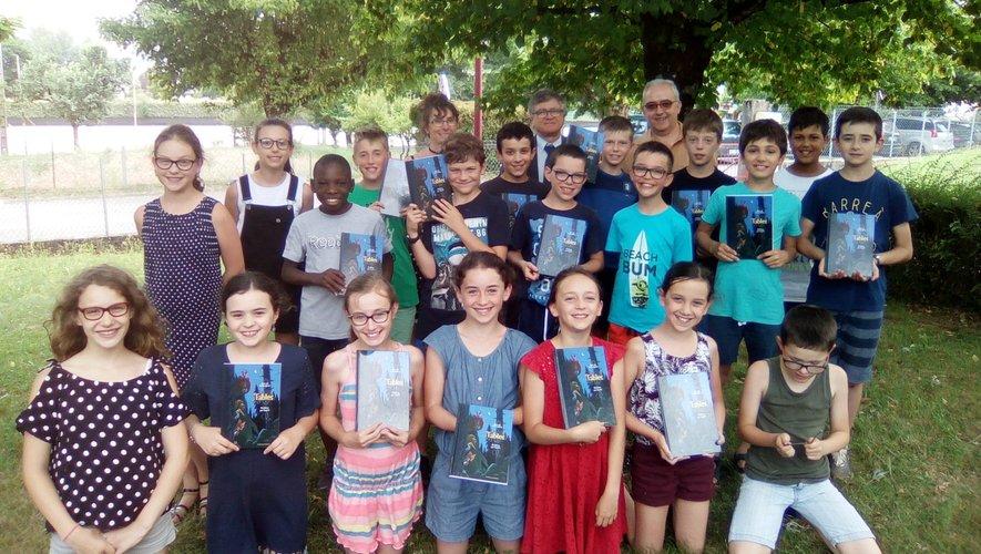 Les élèves ont reçu un recueil de fables de La fontaine illustrées par le dessinateur Voutch.