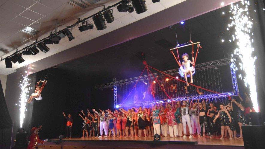 Les 80 danseuses au spectacle de fin d'année de Dynamic Gym