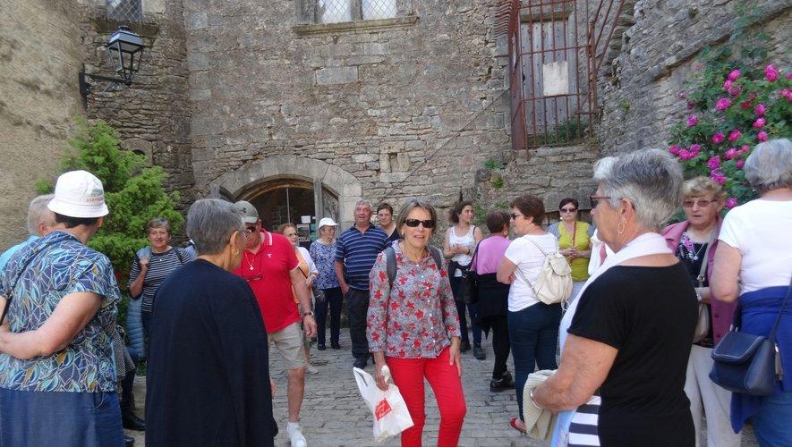 Les aînés, attentifs aux explications du guide, découvrent La Couvertoirade.