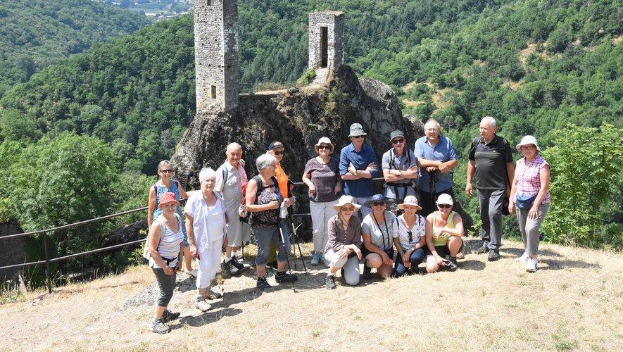 Le groupe des « baladoux » devant les tours du Roc Del  Thaluc.