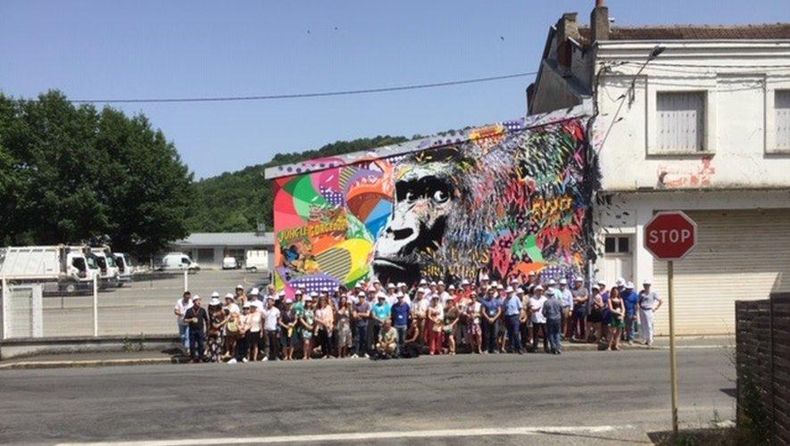 Lors de la visite des œuvres du festival Mur Murs, après les ateliers à La Strada où Jean-François Galliard, Christian Tieulié et François Marty sont intervenus. Ci-dessus, le groupe devant le Gorille de Jo Di Bona.