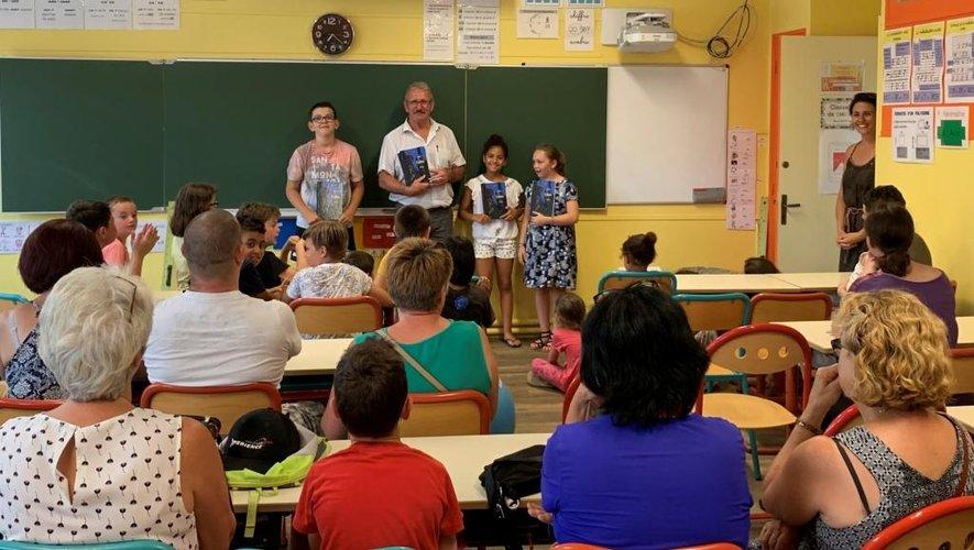 Mardi soir, les livres offerts par le ministère ont été remis aux élèves de CM2 accompagnés de leur famille.