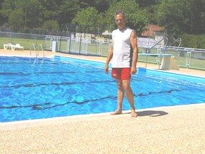 Yves Tardio, maître nageur sauveteur, donne également des cours de natation.
