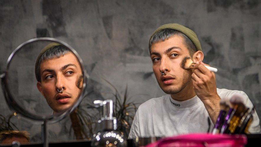 Gevorg, blogueur russe de 26 ans, prodigue des conseils de maquillage féminin