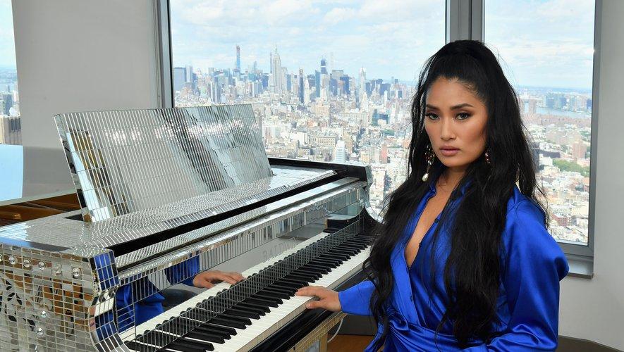 La jeune pianiste Chloe Flower marie le classique au rap et à la pop, à grand renfort de strass et de paillettes