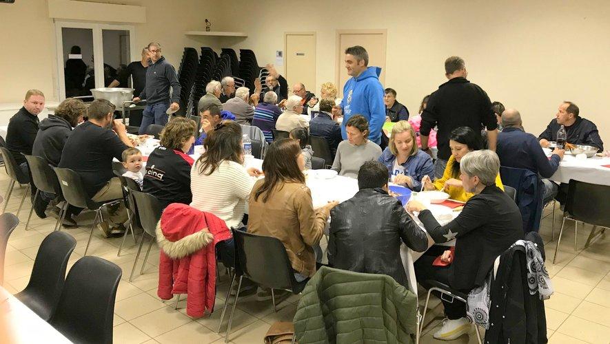 Les participants à cette soirée dégustant un aligot saucisse à L'Oustal.