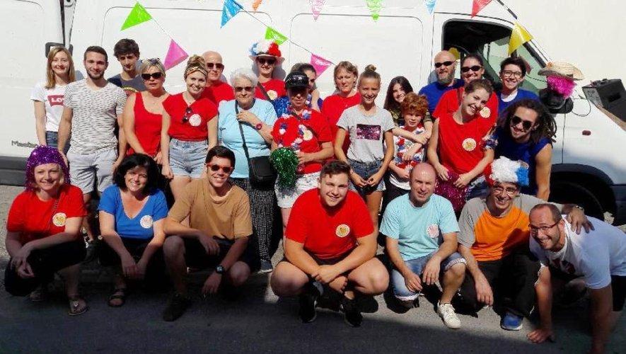 La joyeuse équipe du comité des fêtes, au départ des aubades, dimanche matin, à travers les rues et hameaux du village.