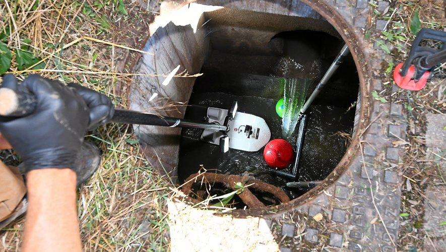 Les agents de Véolia et de la société savoyarde CT2MC inspectaient les canalisations du collecteur des eaux usées de l'Auterne grâce au SpyBoat.