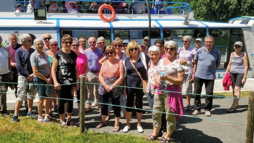 Le groupe devant le bateau.