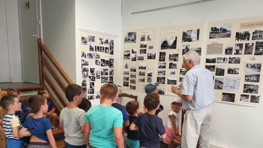 Les enfants étaient attentifs aux explications du président Serge Bories et curieux devant les photos retraçant la vie de leurs aïeux.