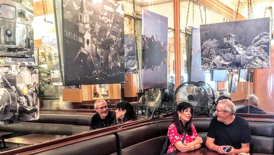 Yves Escurier en compagnie de Katy Sroussy en charge de la galerie du Select à Paris.