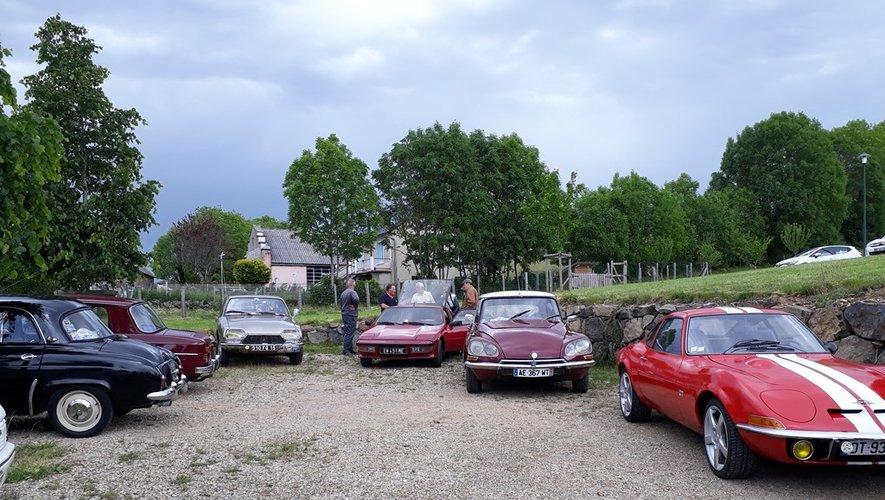 Les vieilles voitures ont ravi les visiteurs.