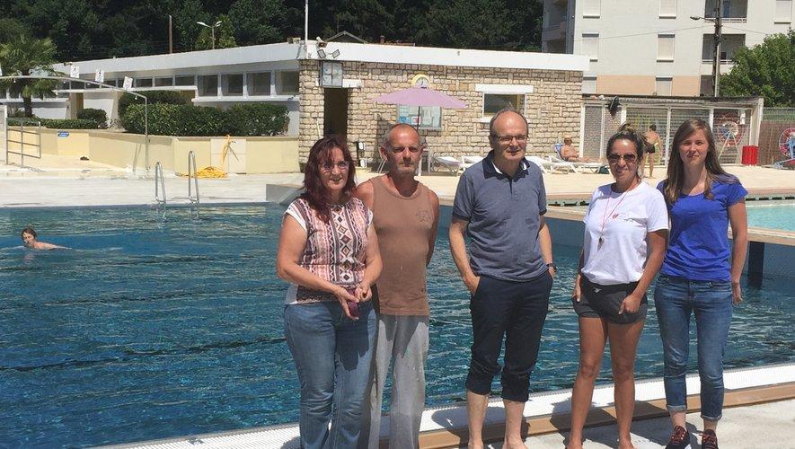 Personnels de la piscine et élus ont accueilli les premiers baigneurs dans une eau à 28 degrés.